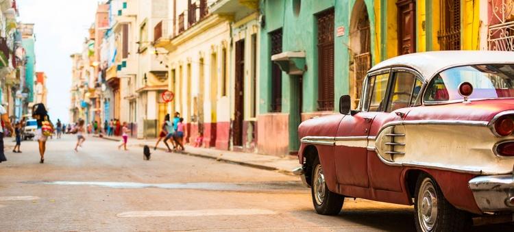 Rue de la Havane à Cuba avec voiture américaine vintage